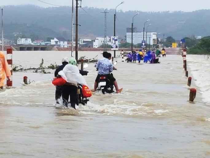 Tỉnh lộ ĐT 640 đoạn thuộc xã Phước Nghĩa, huyện Tuy Phước lại chìm trong biển nước