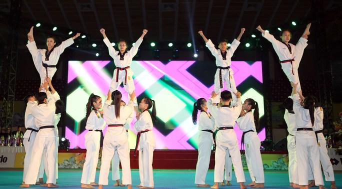 Dàn người đẹp taekwondo khuấy động đêm lễ hội