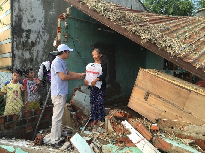 Ngay khi lũ lụt diễn ra, Tổng Biên Tập Báo Người Lao Động Đỗ Danh Phương đã về vùng rốn lũ xã Phước Thuận, huyện Tuy Phước thăm và hỗ trợ mỗi hộ nghèo có nhà bị sập với số tiền hơn 5 triệu đồng/trường hợp