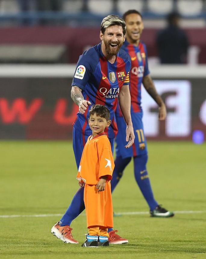 """""""Cậu bé mặc áo rác"""" không muốn rời Messi"""