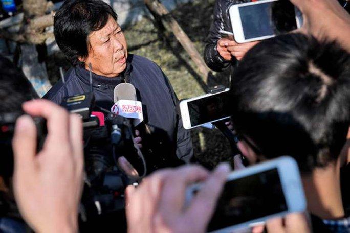 Bà Zhang Huanzhi, mẹ của anh Nie Shubin, bên ngoài tòa án hôm 2-12. Ảnh: CHINA DAILY