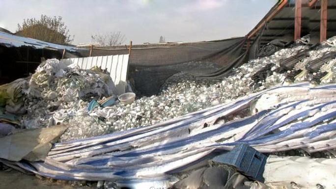 Lực lượng chức năng cuối tháng 8 thu được 13,5 tấn rác thải y tế ở TP Nam KinhẢnh: WEIBO