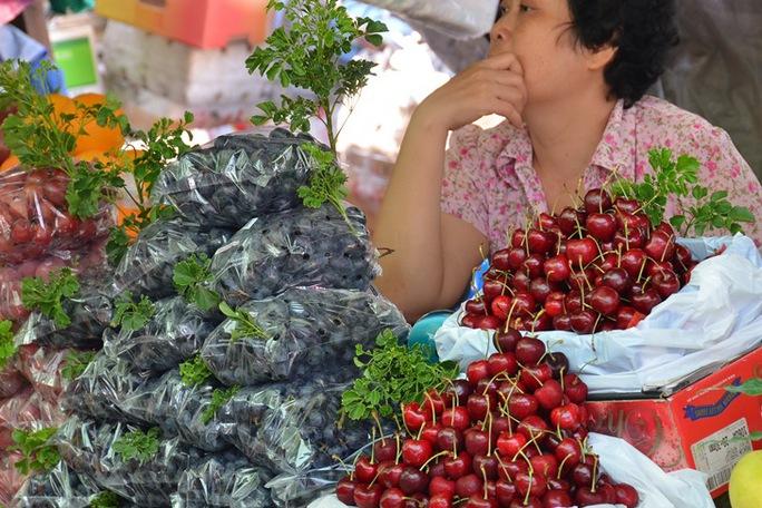 Trái cây ngoại bán tại chợ Bà Chiểu, TP HCM. Ảnh: Tấn Thạnh