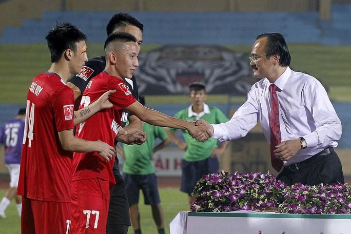 Chủ tịch VPF Võ Quốc Thắng chúc mừng Nghiêm Xuân Tú sau trận chung kết lượt vềẢnh: Hải Anh
