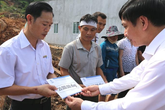 Ông Cường (phải) trao tiền hỗ trợ cho 2 gia đình, mỗi gia đình có 2 người thiệt mạng trong trận lở núi vừa qua
