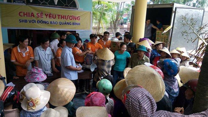 Người dân xã Quảng Hòa tập trung nhận quà từ đoàn cứu trợ của Ngân hàng SHB