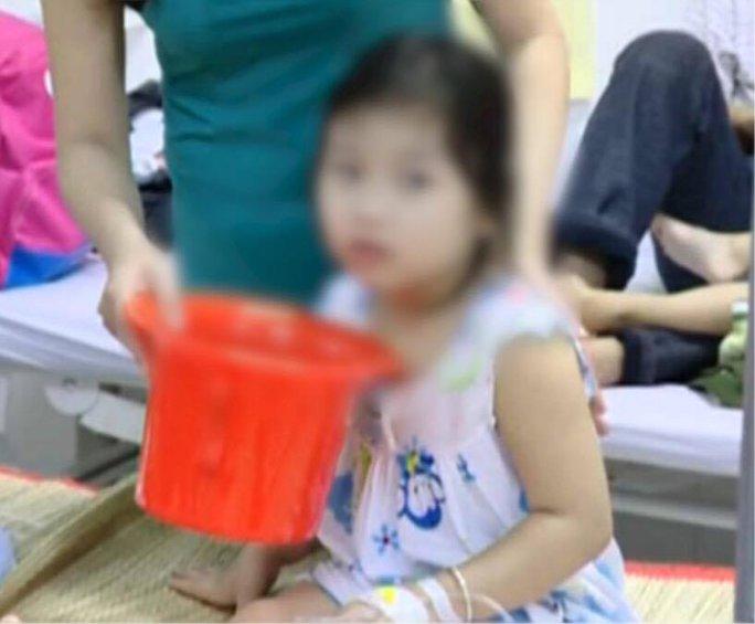 Một trẻ bị nghi ngộ độc thức ăn đang nằm điều trị tại Bệnh viện Đa khoa huyện Tam Bình. Ảnh: Lê Khánh