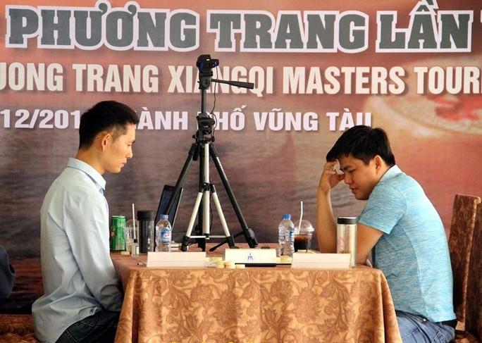 Nhất Hoằng (trái) trong trận chung kết lượt về thắng Lý Huynh (phải) Ảnh: Đào Tùng