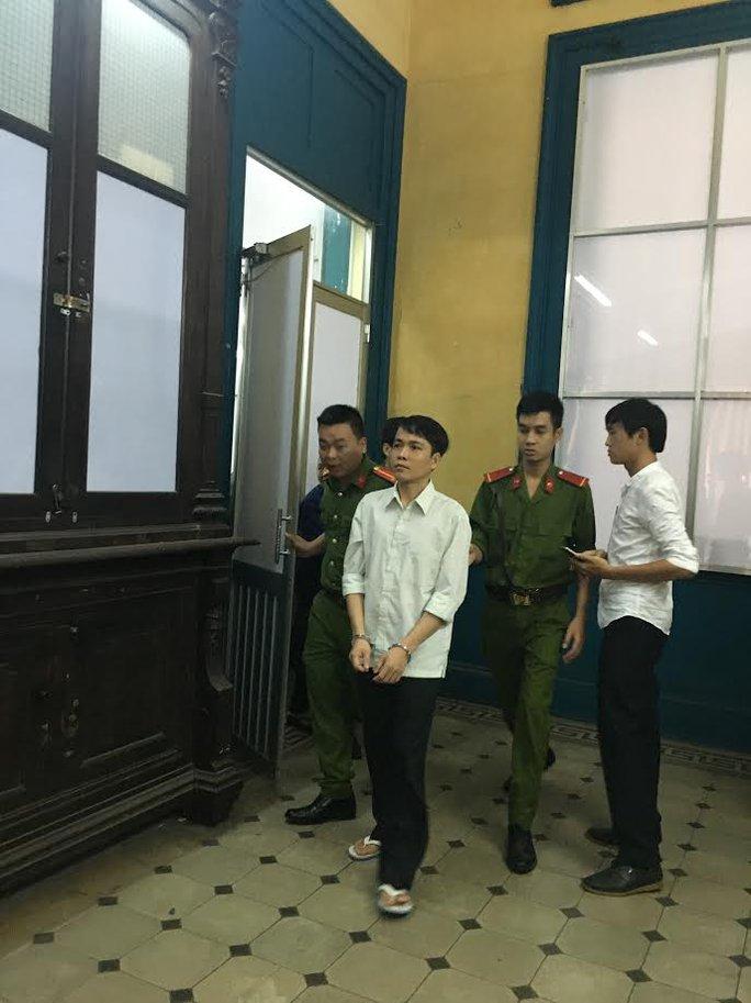 Nguyễn Công Quyền (trái) tại phiên phúc thẩm