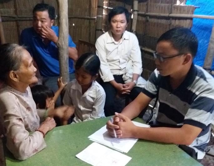 Anh Nguyễn Thanh Tuấn (bìa phải) trong một lần tìm hiểu hoàn cảnh gia đình trẻ khó khăn tại Vĩnh Long để hỗ trợ
