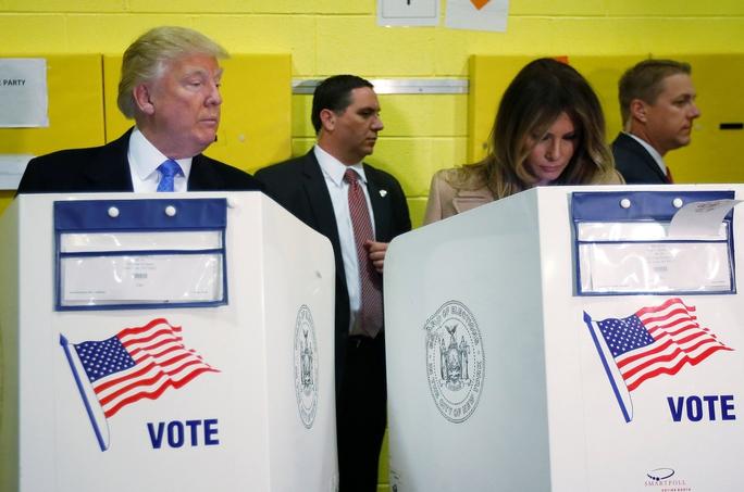 Ông Donald Trump và vợ bỏ phiếu trong ngày bầu cử 8-11. Ảnh: Reuters