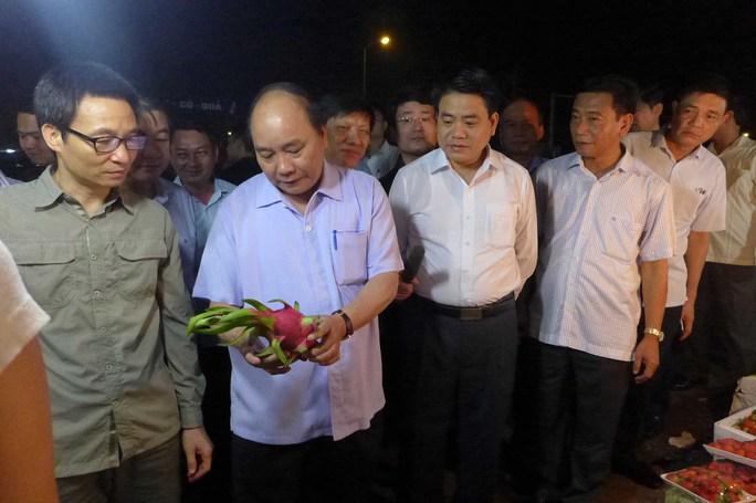 Thủ tướng Nguyễn Xuân Phúc ủng hộ việc bà con buôn bán trái thanh long đảm bảo chất lượng, một sản phẩm trong nước thay vì nhập hàng từ nơi không đảm bảo chất lượng