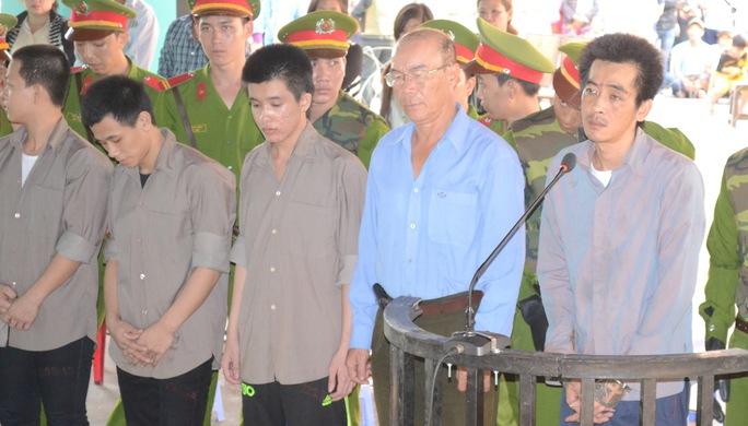 Tuấn Em (đứng bìa phải) cùng bị cáo Chưởng (áo xanh) tại phiên tòa sơ thẩm ngày 24-3 vừa qua.