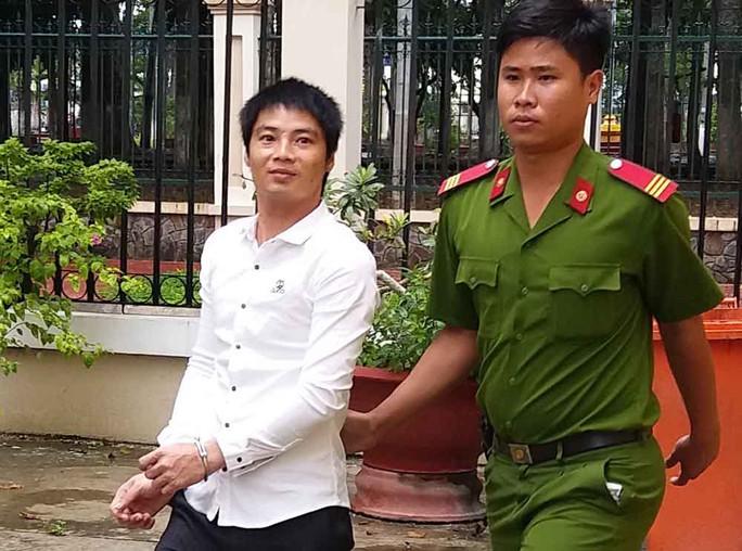 Bị cáo Tùng bị dẫn giải về trại giam
