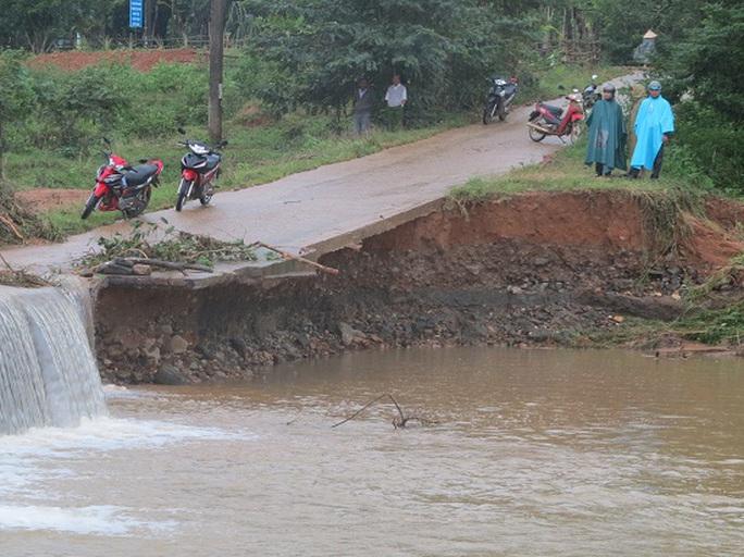 Tuyến đường từ xã Ân Nghĩa lên xã Bóc Tới, huyện Hoài Ân bị hư hỏng nặng