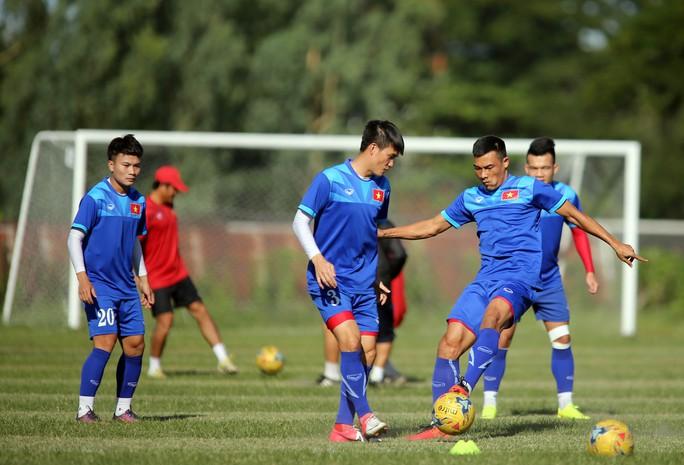 Phi Sơn (20) bị chê chơi kém dù được sử dụng nhiều hơn Công Phượng trong trận thắng Campuchia