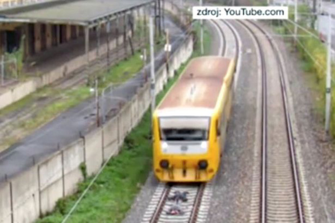 """Liều mạng nằm trên đường ray xe lửa để """"câu like"""""""