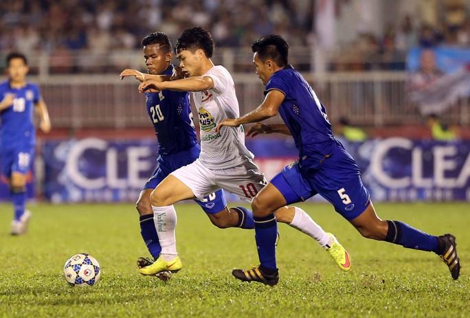 Công Phượng (giữa) chơi mờ nhạt vào tối 20-12Ảnh: Quang Liêm