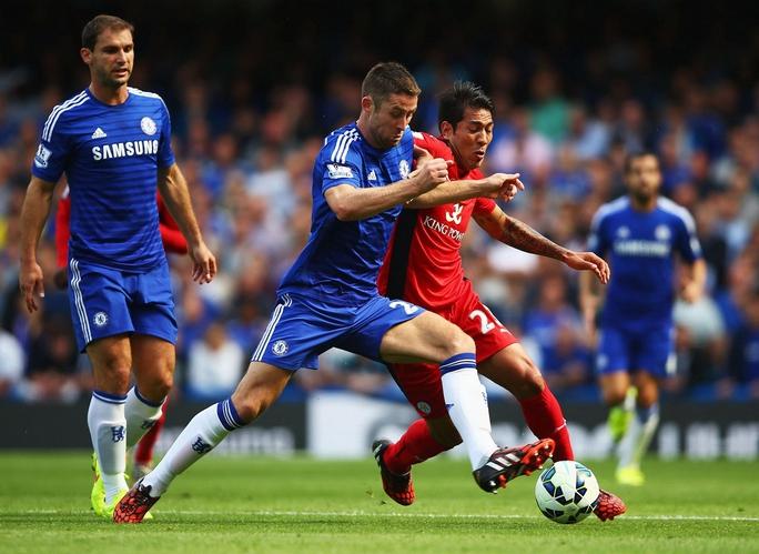 Hàng thủ Chelsea sẽ vất vả khi tái đấu Leicester của Ulloa (phải) Ảnh: REUTERS