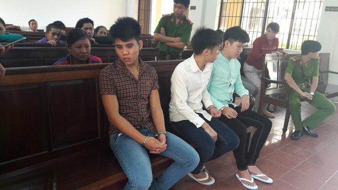 Các bị cáo chờ nghe tuyên án