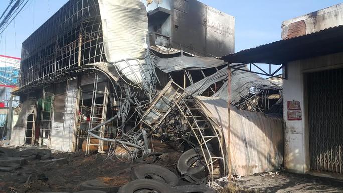 Lái xe tông cửa cứu vợ con thoát khỏi đám cháy