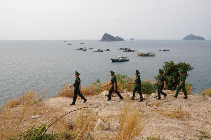 Lực lượng Biên phòng Nam Du tuần tra, kiểm tra tình trạng sạt lở