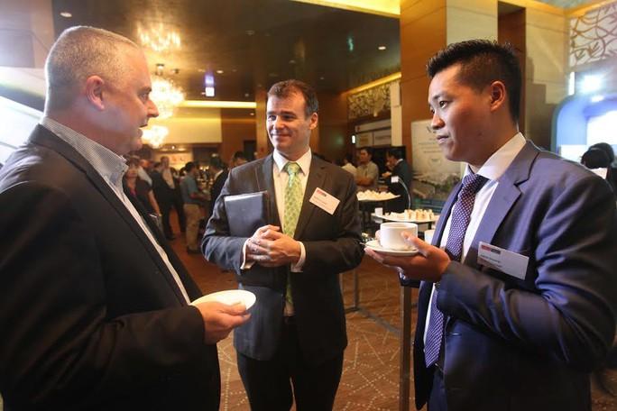 Các doanh nghiệp nước ngoài tranh thủ hội nghị để tìm hiểu môi trường đầu tư tại Việt Nam.
