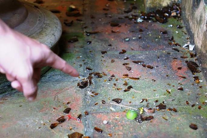 Mảnh vỡ thủy tinh vương vãi trong nhà một hộ dân bị kẻ xấu ném bom xăng vào nhà