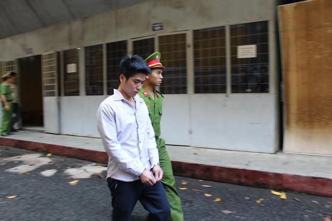 Nguyễn Văn Sự được dẫn giải tới tòa