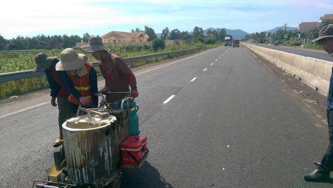 Kịp thời khắc phục đường hư hỏng qua Bình Định