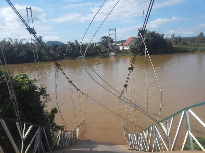 Cầu treo Tà Lài bắc qua sông Đồng Nai bị sập hoàn toàn