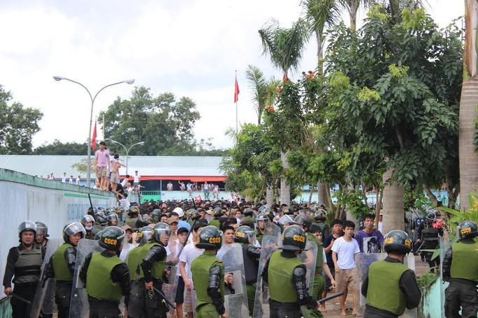 Cả trăm người tràn ra cổng trại khiến cảnh sát vất vả kiểm soát tình hình