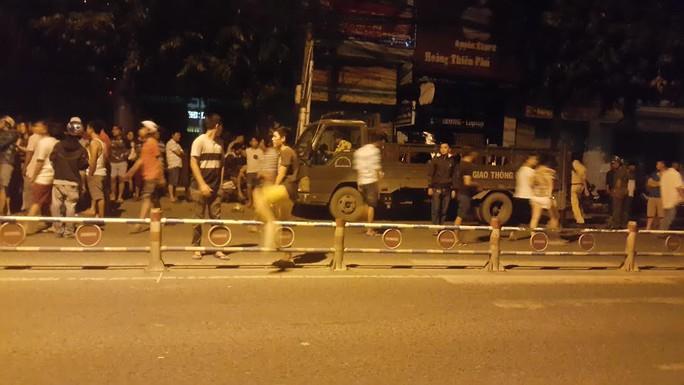 Người dân tập trung rất đông tại hiện trường đêm 16-11