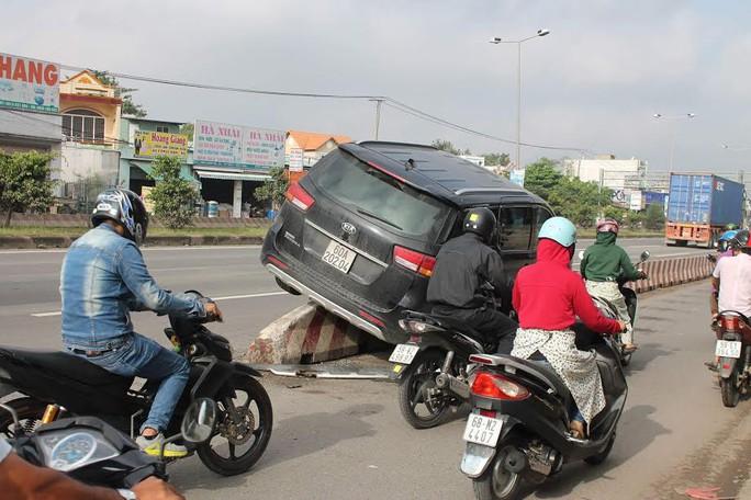 Chiếc xe đâm quàng, leo lên giải phân cách khiến nhiều người khiếp vía