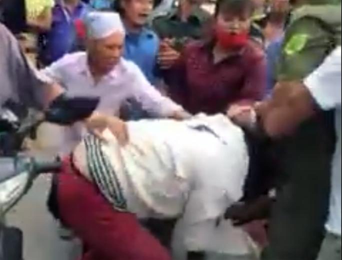 Người phụ nữ bị người dân đánh hội đồng