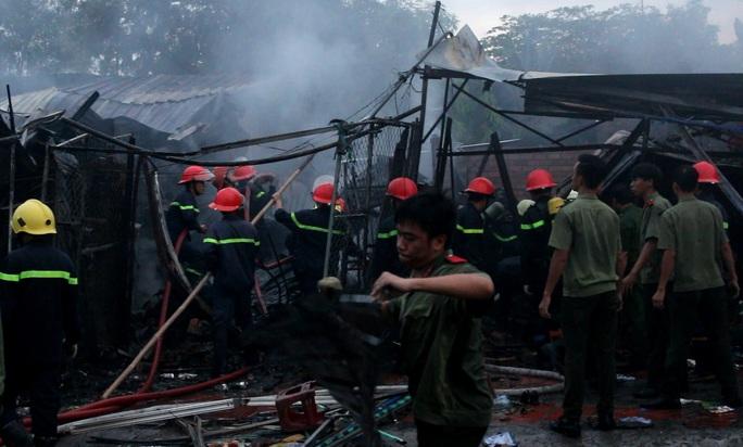 Nhiều sinh viên trường Đại học An ninh TP HCM tham gia chữa cháy cùng với lực lượng chức năng.