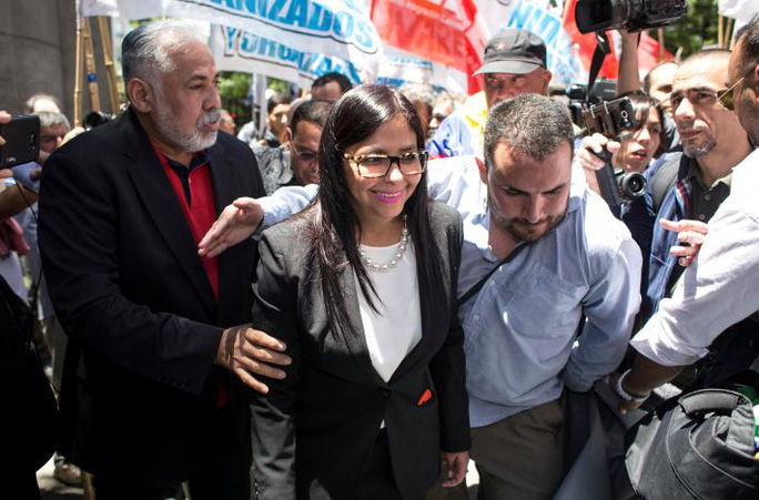 Ngoại trưởng Venezuela Delcy Rodriguez rời trụ sở Bộ Ngoại giao Argentina, nơi hội nghị Mercosur diễn ra, hôm 14-12. Ảnh: REUTERS