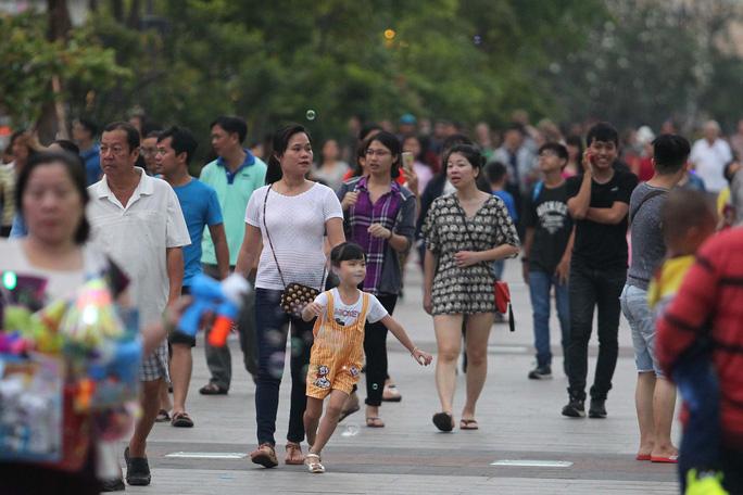 Từ 18 giờ, rất nhiều gia đình đã đến phố đi bộ để vui chơi và chuẩn bị đón giao thừa