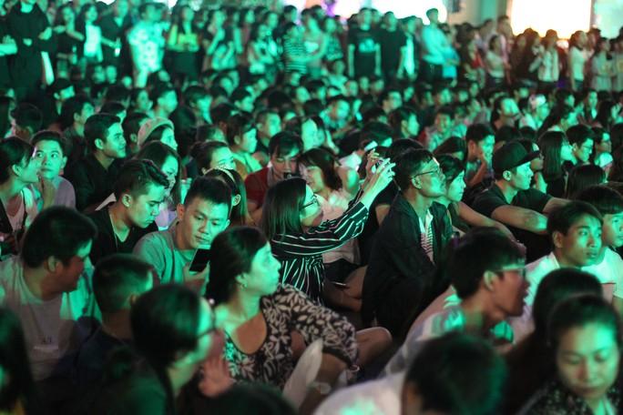 Chương trình đếm ngược trong thời khắc chuyển giao giữa năm cũ và năm mới nhân dịp Tết dương lịch năm 2017 diễn ra tại phố đi bộ Nguyễn Huệ thu hút rất đông bạn trẻ đến tham gia