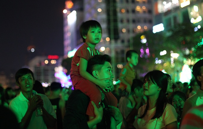 Dù năm nay không có bắn pháo hoa nhưng lượng người đến phố đi bộ chờ khoảnh khắc giao thừa cũng rất đông