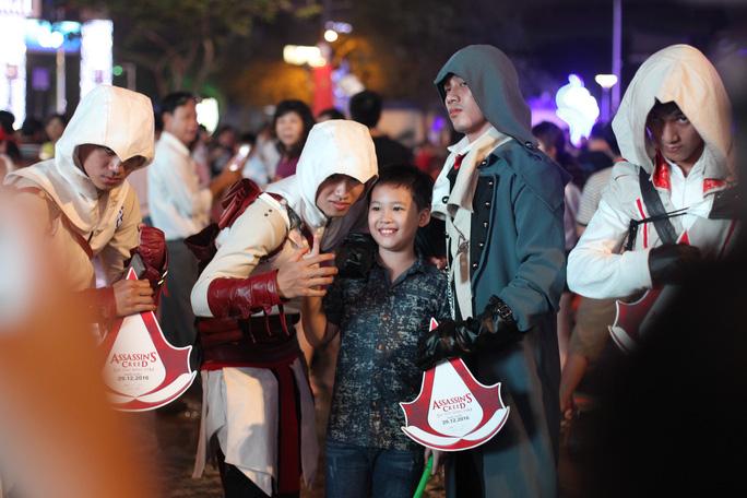 Càng về khuya, không khí tại phố đi bộ Nguyễn Huệ càng náo nhiệt.