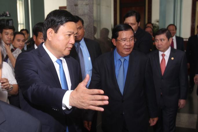 Bí thư Đinh La Thăng đón Thủ tướng Hun Sen. Ảnh: H. TRIỀu