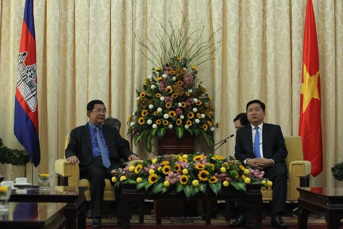 Bí thư Thành ủy Đinh La Thăng tiếp Thủ tướng Campuchia Hun Sen trưa 21-12. Ảnh: H. TRIỀU
