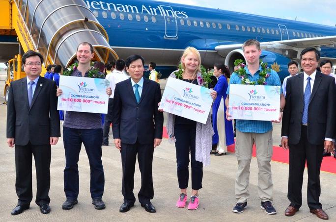 3 khách quốc tế được tặng hoa và kỷ niệm chương trong sáng 25- 12
