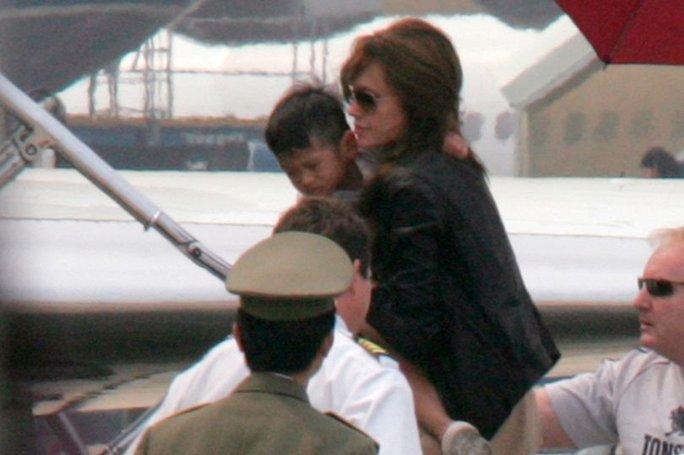Angelina đưa Pax Thiên về Mỹ năm 2007