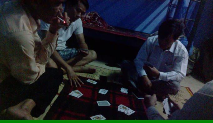 4 cán bộ xã đanh đánh bài ăn tiền. Ảnh cắt từ clip