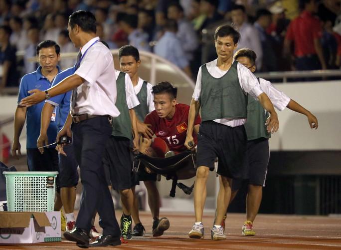 Quế Ngọc Hải được cáng khỏi sân vì chấn thương cổ chân trong trận gặp CHDCND Triều Tiên