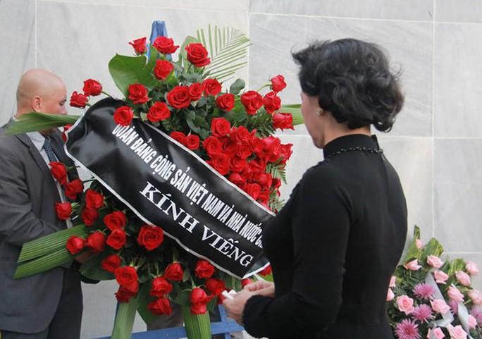 Vòng hoa của Đoàn Việt Nam viếng nhà lãnh đạo Cuba Fidel Castro - Ảnh: VOV