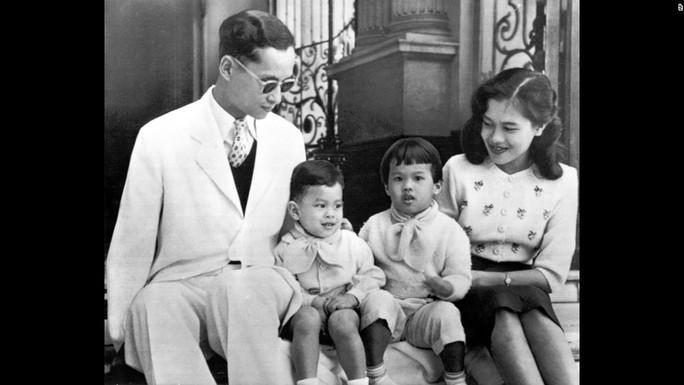 Ảnh chụp gia đình Quốc vương Bhumibol Adulyadej tại Cung điện Chitralada năm 1955. Ảnh: AP