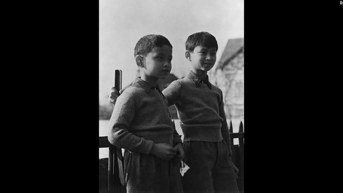 Ảnh chụp Bhumibol (trái) và anh trai, Ananda Mahidol, tại TP Lausanne - Thụy Sĩ năm 1935. Ảnh: AP